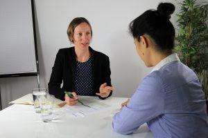Johanna Kerber beim Bewerbungsgespräch