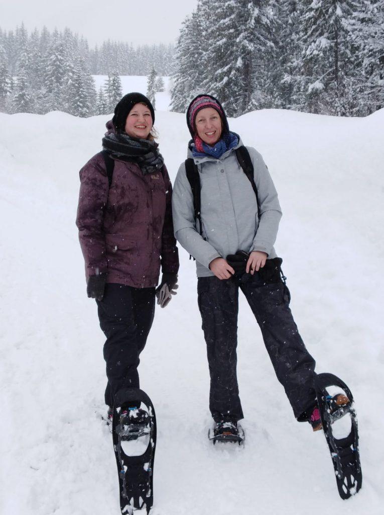 Kathrin Schönfelder und Johanna Kerber bei der Schneewanderung in Bad Mitterndorf im Salzkammergut